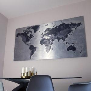 Metallische Weltkarte aus gebürstetem Aluminium
